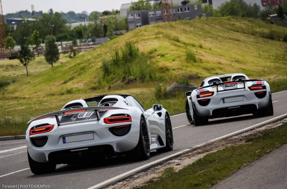 capturan a tres porsche 918 spyder en la autobahn auto blog. Black Bedroom Furniture Sets. Home Design Ideas